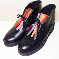Botas de cuero negro con flecos de colores