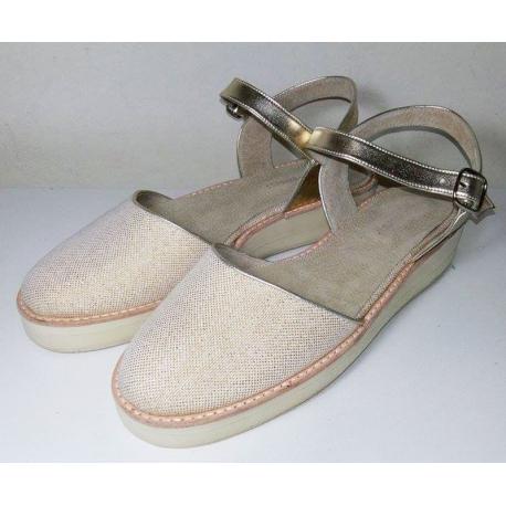 Sandalias cerradas adelante, de lurex y sintético dorado y plataforma